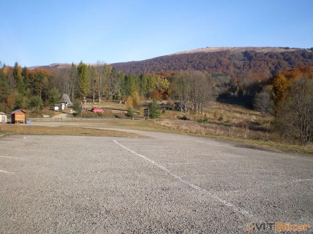 1.parkovisko za wetlinou na kopci..przel.wyznia a v pozadi kopcek co nas caka....jpg