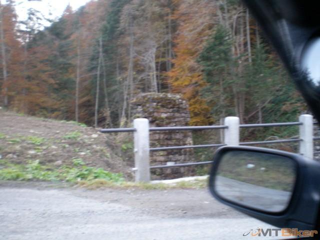 pozostatky kamenneho mosta starej zeleznice..tri stlpy.jpg