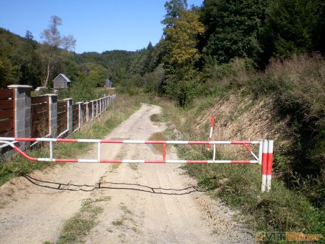 40.miestni vraveli ze tade k nejakej chatke...domaca tvrdila ze slepa cesta ze tam uz nic nieje.jpg