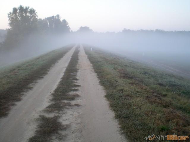 9.a lezim opat do hmly..navyse podklad piesok...bike hadze ako samo chce treba lahke prevody a aj tak....jpg