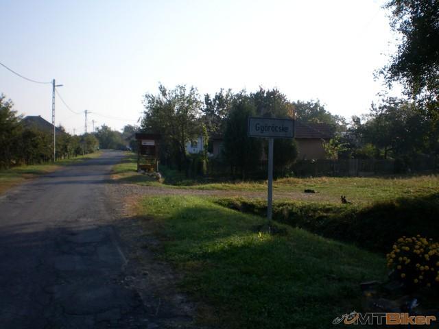48.dalo by sa aj cez dedinu ale vybehnem hore na hradzu cyklochodnik pozriet a dobre som spravil..prave tu zacina novy.jpg