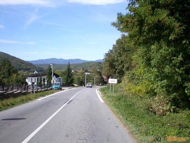77.samy cigan spina smrad bordel...nieco strasne ze aj toto je slovensko...deti hole sa valaju po zemi ci idu po ceste auta kluckuju idu krokom...jpg