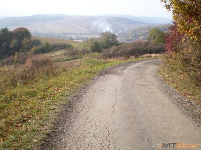 33.az tam dole daleko hlavna cesta jasenovce...a ja nadavam na dedacov...jpg