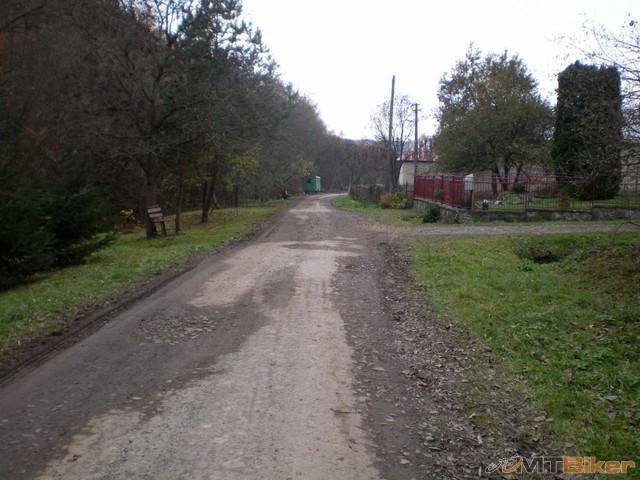 34.popri ceste lavicky pod stromami...jpg