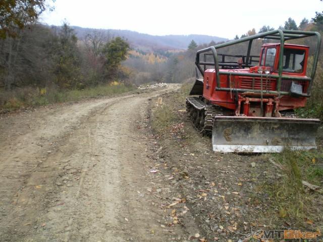 17.asfalt konci dalej nic..ale tu treba zijst dolava dole k potoku a tam na druhej strane uz chatka.jpg