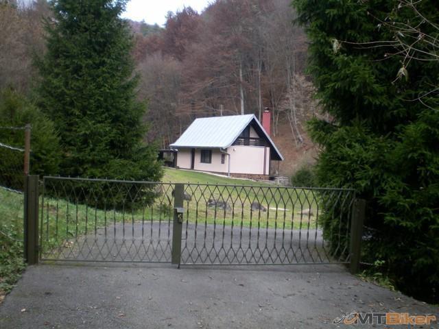 28.za jablonom vlavo..cesta vedie iba k tejto chate..nebolo sa kam previest..jpg