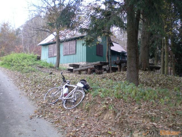 1.chata pri hlavnej..na zatacke...boli tui aj dve bikerky ale ich som fotil ze jazdy tak su rozmazane.jpg