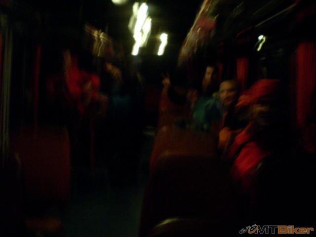 90.konecne v autobuse a v teple kym nas vyhodi na krizovatke a tam zase cakat na dalsi spoj.jpg