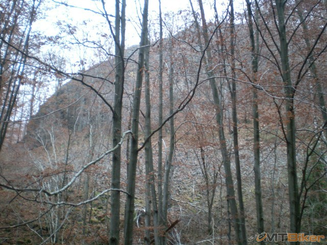 48.co je toto za skalu...oproti su dve mosty...maly kamenolom....jpg