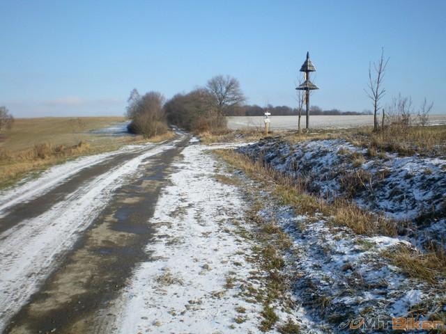 17.rovno sa da ist do gribova cez pole..potom pojdem...teraz ku kostolu vpravo.jpg