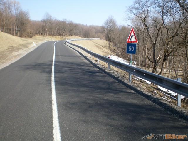 4.za jablonkou cesta opravena..trochu mi to pripominalo duklu PL a zosuv cesty tam...jpg