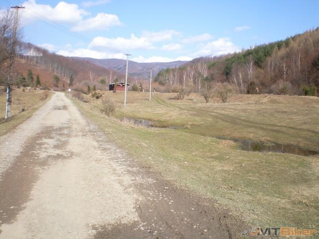 20.cesta rozbita asfaltka ale da sa dalej bude este horsia.jpg
