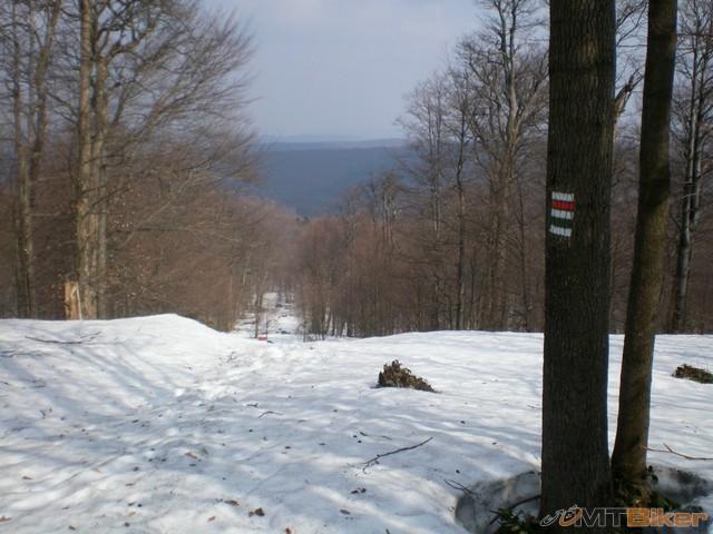41.do noh az krce som dostaval kopa snehu v cizmach su uplne mokre aj ponosky uz nnemalo vyznam vyberat sneh z nich..po hranici sneh 40 az vyse kolien...jpg