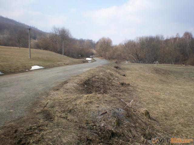57.tak a tu je cesta co ide dalej za dedinu asi ta k tej tocni ..mozno som predsa mal risknut a ist vtedy dole po jarku..a nie trepat sa 2km po lese a do kopca.jpg