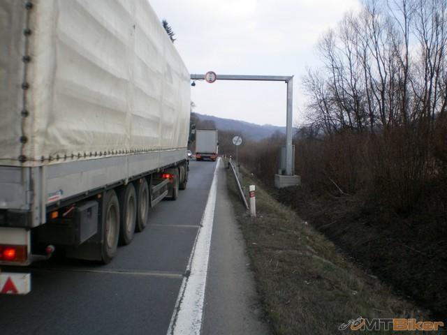 67.ja rad chodim po hlavnych tahoch..kde su kamiony...jpg