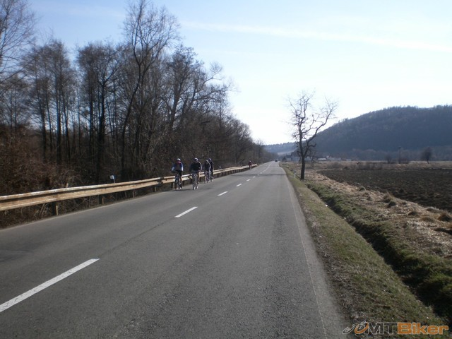 32.v koskovciach fotbal..dajaka skupinka bikerov ide oproti z hankoviec hore...jpg