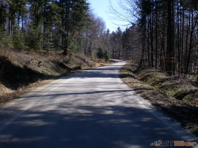 15.cesta raz paradny asfalt potom z nicoho nic rozbita..a zas nova a tak dookola...jpg