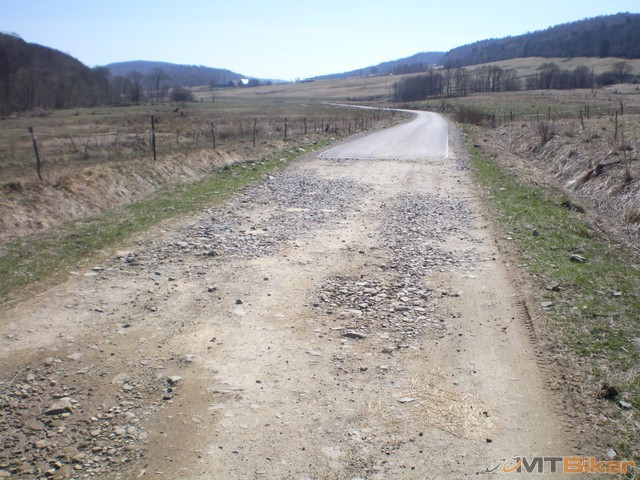 24.v strede spravili usek mozno 200m novej asfaltky..po oboch stranach kamenista....jpg