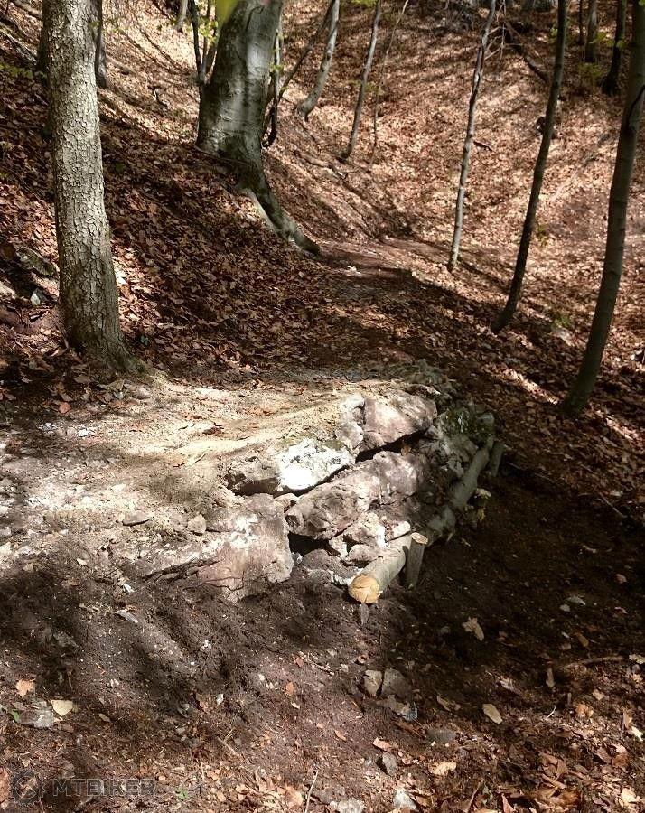 ...kamenné rozšírenie úzkeho miesta, ale že koľko šutrov sme potrebovali....jpg