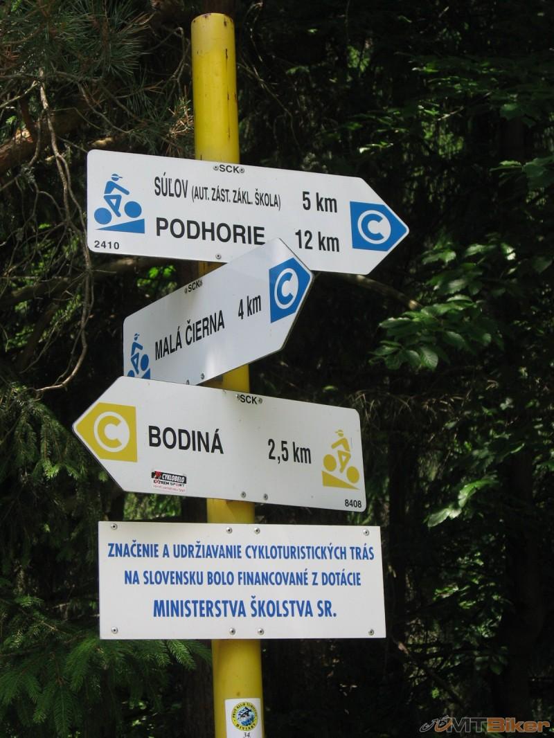Cyklistické smerníky nad Hradnou.jpg