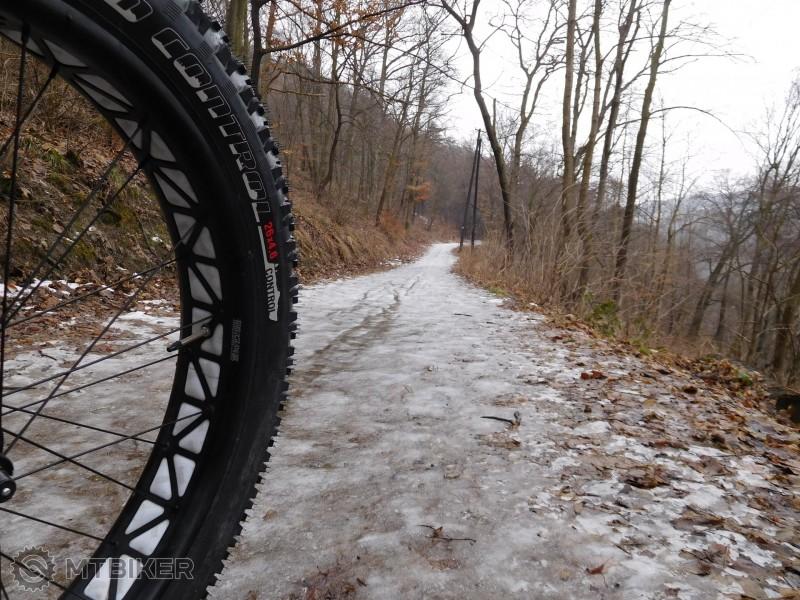 Schuster trail- pekne zľadovatelý.jpg