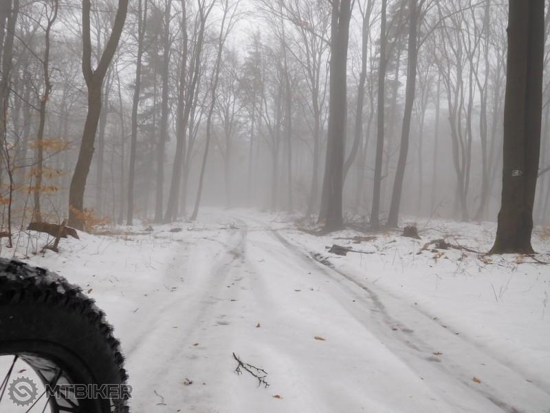 Pred závorou na Jahodnej , pred napojením sa na asfaltku....jpg