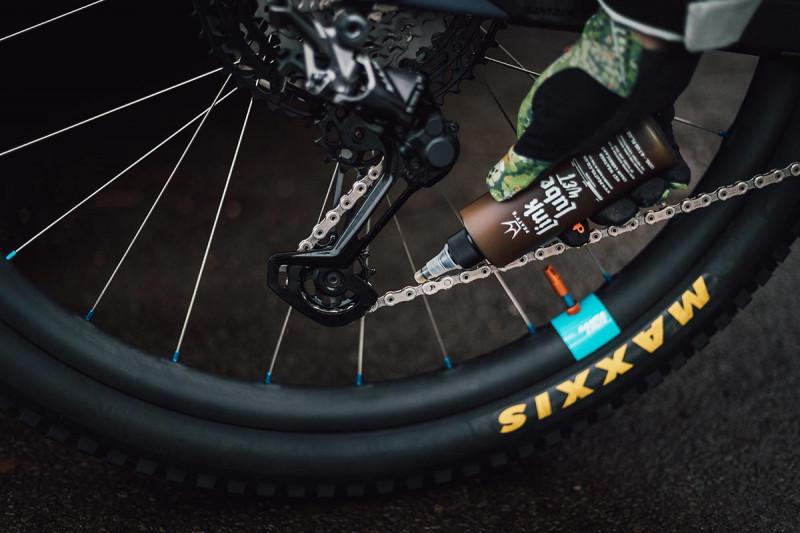 peatys-linklink-wet-conditions-chain-lubricant-bicycle-drivetrain.jpg