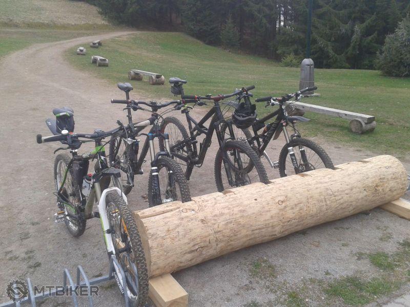 2014-04-21 12.45.53 V drevenom stojane parkujú len čierne... – kopie.jpg